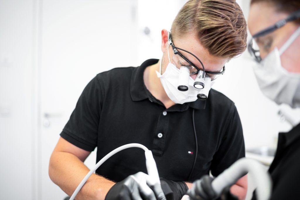 Zahnarztpraxis White Spot Lupenbrille im Einsatz bei Robert Mühlig