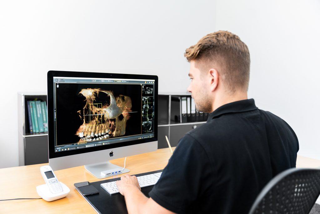 Dr. Robert Mühlig am Monitor bei DVT (digitale Röntgentechnik)